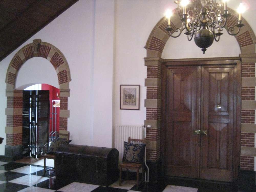 De linker poortdecoratie is trompe l'oeil geschilderd