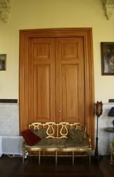 Gehoutten deuren van de grote lounge